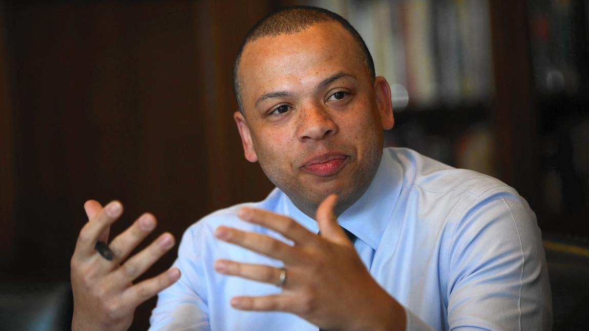 """City Treasurer Kurt Summers has launched a """"think tank"""" of leaders from all of the city's 77 community areas. """"We're building bridges between neighborhoods,"""" he says. (E. Jason Wambsgans / Chicago Tribune)"""